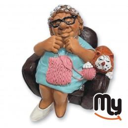 Großmutter im Sessel im...